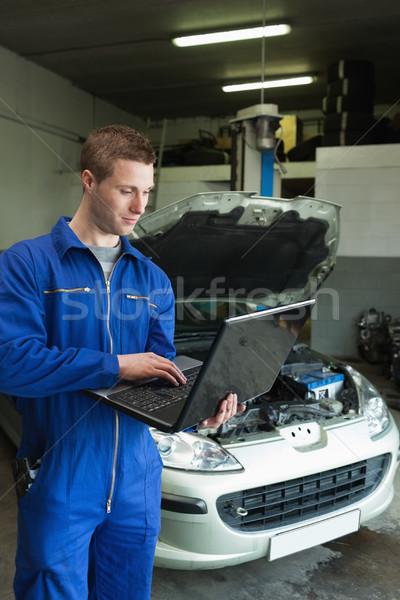 Mechaniker mit Laptop männlich auto Reparatur Laden Stock foto © wavebreak_media