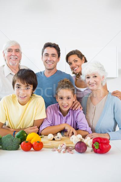 Photo stock: Souriant · cuisine · planche · à · découper · maison