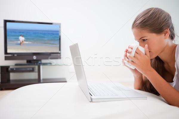 Nő elvesz korty kávé szörfözik internet Stock fotó © wavebreak_media