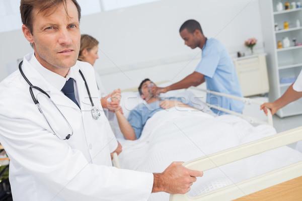 Ernstig arts naar camera medische team Stockfoto © wavebreak_media