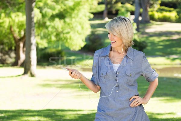 Vrouw genieten muziek park gelukkig boom Stockfoto © wavebreak_media