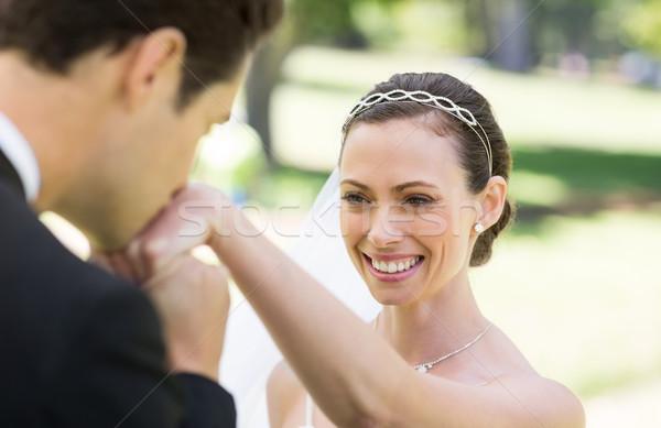 Lo sposo bacio mano sposa giovani parco Foto d'archivio © wavebreak_media
