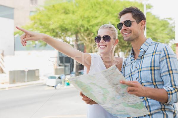 Jóvenes turísticos Pareja consulta mapa senalando Foto stock © wavebreak_media