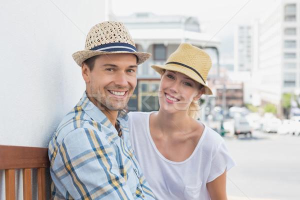 Jeunes hanche couple séance banc souriant Photo stock © wavebreak_media