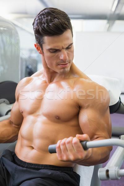 Határozott izmos férfi dolgozik abdominális gép Stock fotó © wavebreak_media