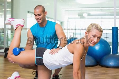 Személyi edző segít ügyfél lift súlyzók testmozgás Stock fotó © wavebreak_media
