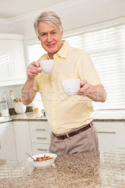 Senior man aanbieden beker home Stockfoto © wavebreak_media