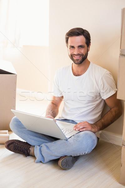Boldog férfi laptopot használ dobozok új otthon számítógép Stock fotó © wavebreak_media