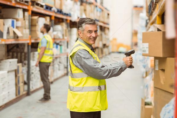 Entrepôt travailleur Barcode boîte affaires Photo stock © wavebreak_media
