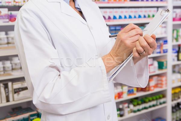 Farmacéutico escrito prescripción portapapeles farmacia mujer Foto stock © wavebreak_media
