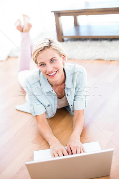 Güzel sarışın kadın zemin dizüstü bilgisayar kullanıyorsanız oturma odası bilgisayar Stok fotoğraf © wavebreak_media