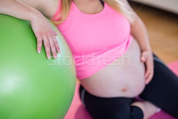 Stock fotó: Terhes · nő · megérint · has · testmozgás · labda · nappali