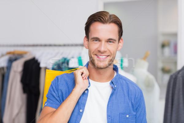 ストックフォト: 肖像 · 笑みを浮かべて · 男 · ショッピングバッグ · 服 · ストア