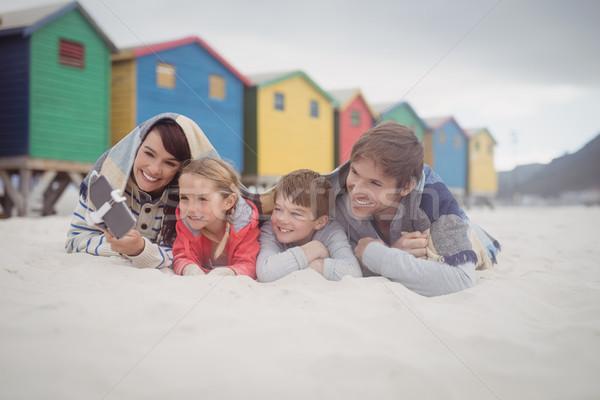 Boldog család elvesz homok tengerpart család szeretet Stock fotó © wavebreak_media