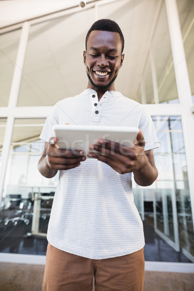 Sorridente empresário em pé escritório computador Foto stock © wavebreak_media
