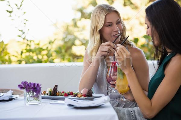 Feliz amigos bebidas sessão juntos restaurante Foto stock © wavebreak_media