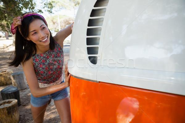 Kobieta popychanie van parku młoda kobieta Zdjęcia stock © wavebreak_media