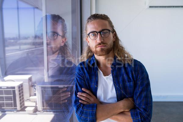 Férfi igazgató áll keresztbe tett kar iroda portré Stock fotó © wavebreak_media