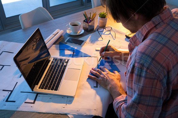 Maschio architetto lavoro blueprint desk ufficio Foto d'archivio © wavebreak_media