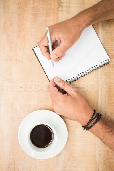 Foto stock: Manos · escrito · bloc · de · notas · mesa · de · madera · oficina · café