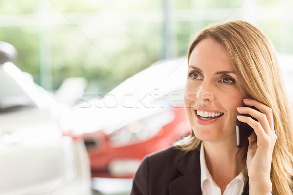 Glimlachend verkoopster telefoongesprek toonzaal vrouw Stockfoto © wavebreak_media