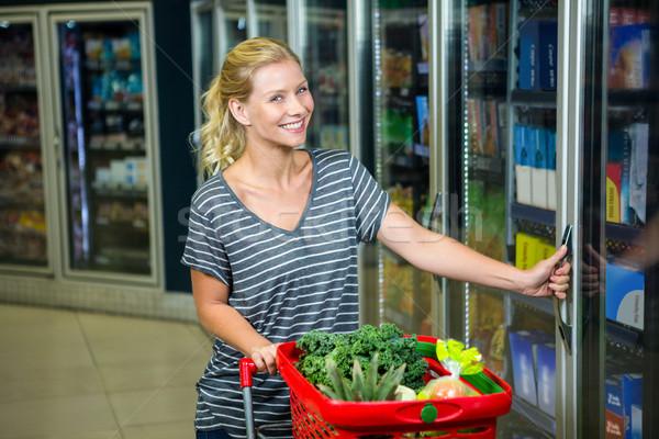 Femme souriante panier ouverture frigo supermarché affaires Photo stock © wavebreak_media