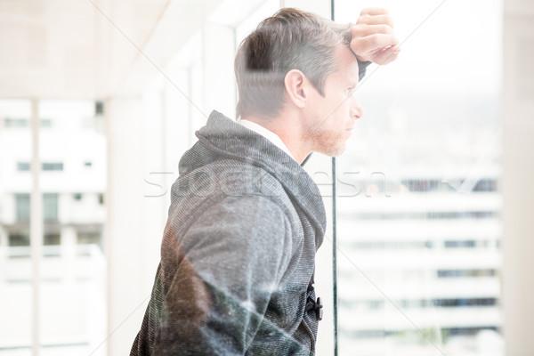 Figyelmes férfi dől üveg ablak iroda Stock fotó © wavebreak_media