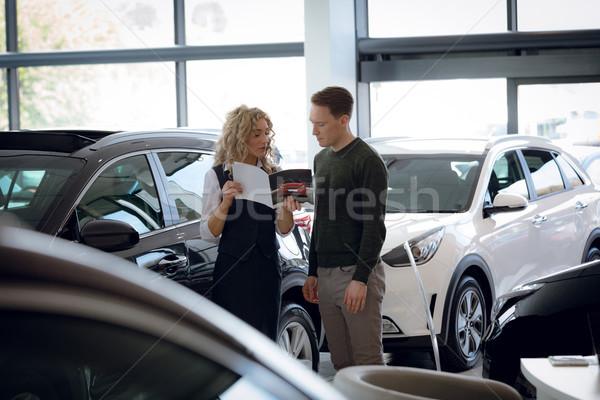 Elarusítónő mutat brosúra férfi vásárló áll Stock fotó © wavebreak_media