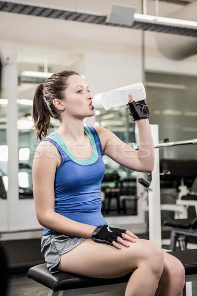 Dopasować brunetka ławce woda pitna siłowni kobieta Zdjęcia stock © wavebreak_media