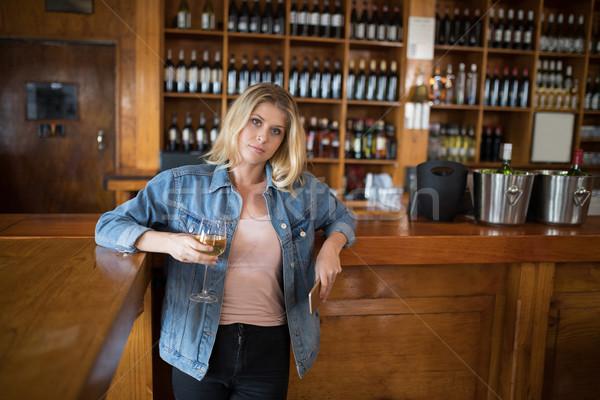 Bella donna vetro vino cellulare counter Foto d'archivio © wavebreak_media