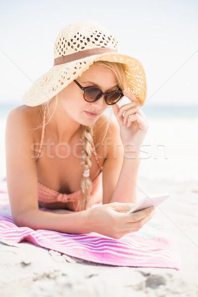 Csinos nő bikini napszemüveg mobiltelefon tengerpart tenger Stock fotó © wavebreak_media