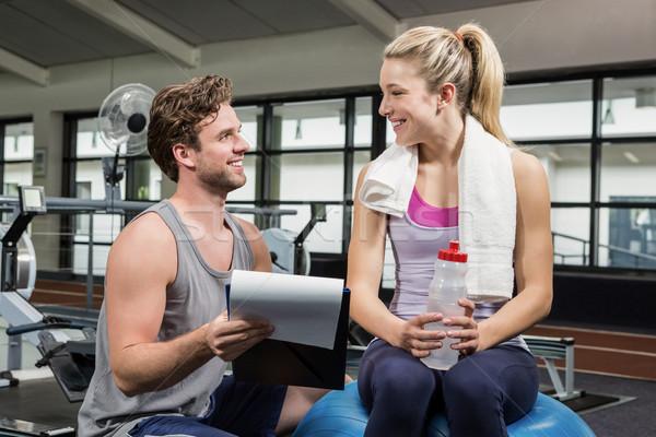 Kobieta mówić trener treningu siłowni człowiek Zdjęcia stock © wavebreak_media