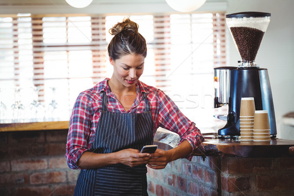 Serveuse smartphone café femme heureux restaurant Photo stock © wavebreak_media