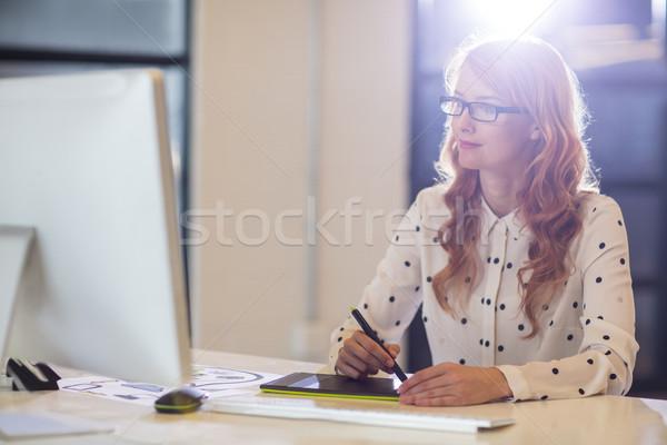 Işkadını grafik tablet ofis genç büro Stok fotoğraf © wavebreak_media