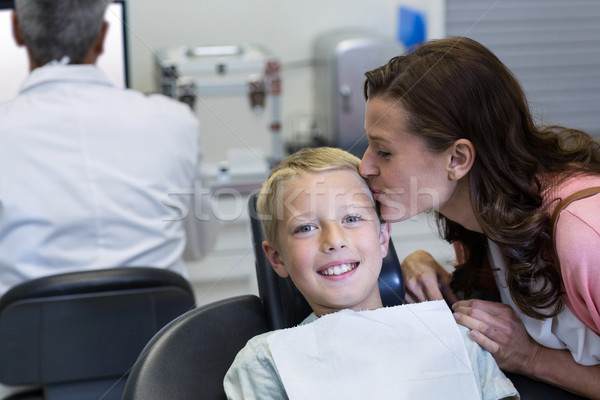 Mãe beijando filho dental clínica Foto stock © wavebreak_media
