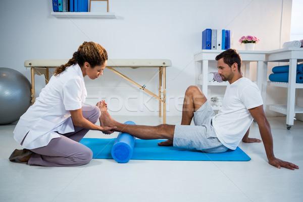 Nogi terapii człowiek piana toczyć kliniki Zdjęcia stock © wavebreak_media