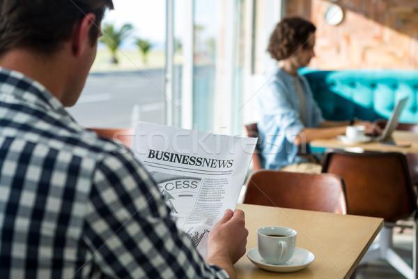 男 読む ビジネス 新聞 コーヒーショップ 背面図 ストックフォト © wavebreak_media