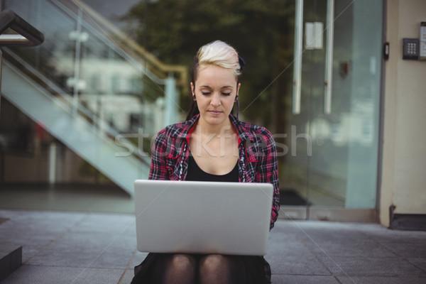 Mulher usando laptop escritório escola computador internet Foto stock © wavebreak_media