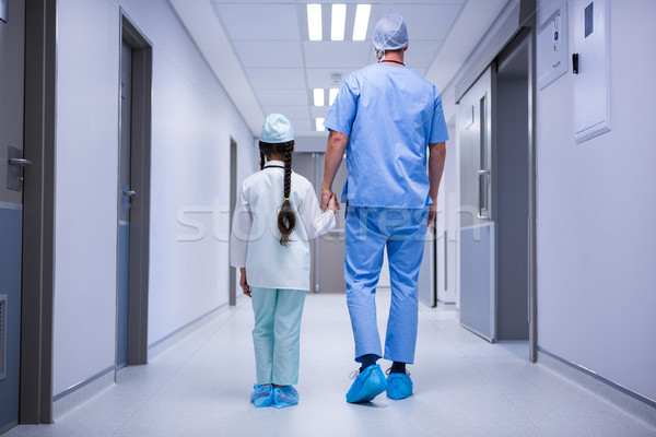 Médecin fille marche couloir hôpital vue arrière Photo stock © wavebreak_media