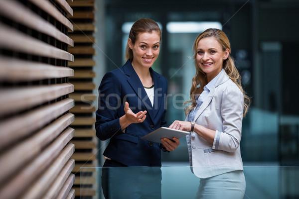 бизнеса коллеги цифровой таблетка служба лобби Сток-фото © wavebreak_media