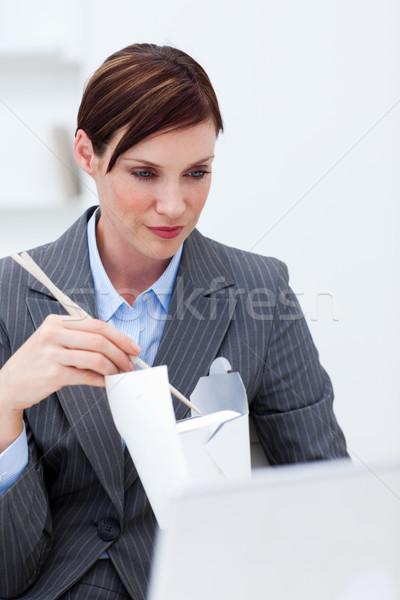 Foto stock: Jovem · empresária · alimentação · escritório · computador