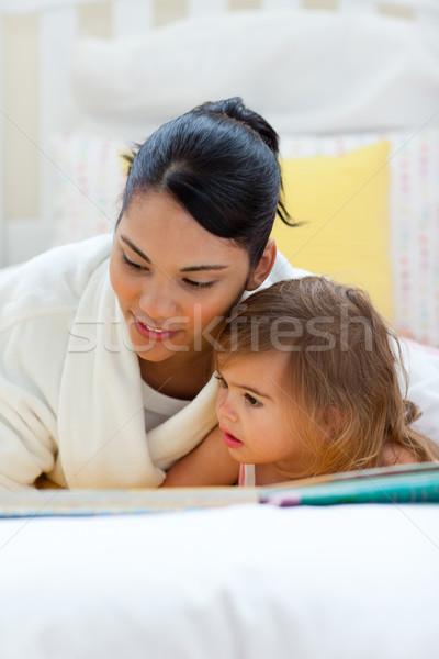 Atento mãe leitura filha mulher livro Foto stock © wavebreak_media