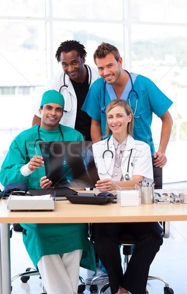 Gruppo medici guardando Xray ospedale ufficio Foto d'archivio © wavebreak_media