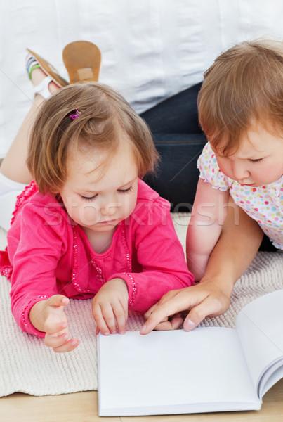 Concentrado crianças leitura livro mãe casa Foto stock © wavebreak_media