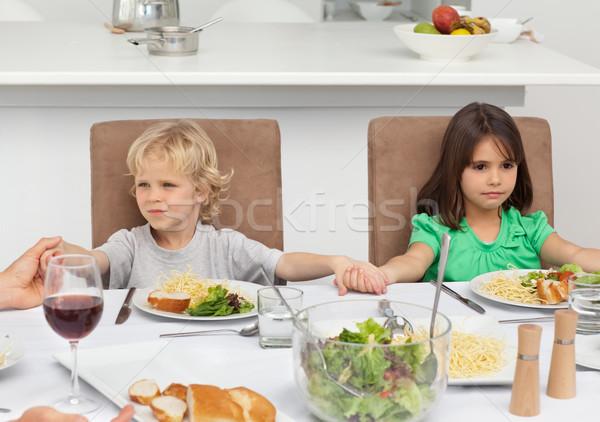 Kicsi fivér lánytestvér kéz a kézben imádkozik ebéd Stock fotó © wavebreak_media