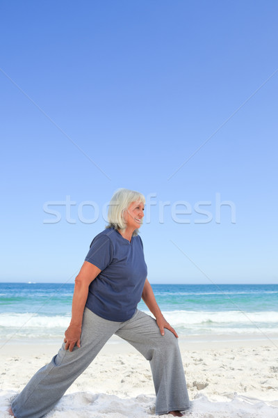 Aposentados mulher praia água mãos mar Foto stock © wavebreak_media