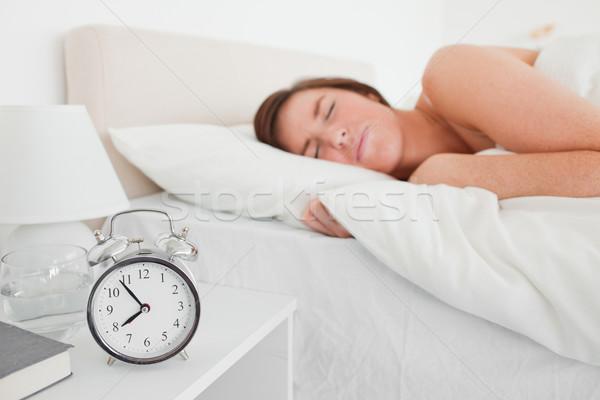 Charmant brunette vrouw klok bed gelukkig Stockfoto © wavebreak_media
