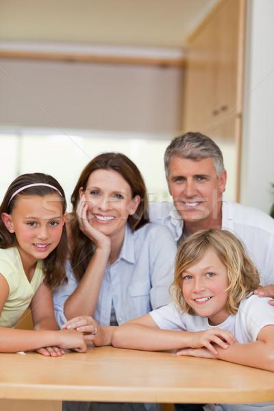 Stock fotó: Boldog · mosolyog · család · mögött · konyhaasztal · lány