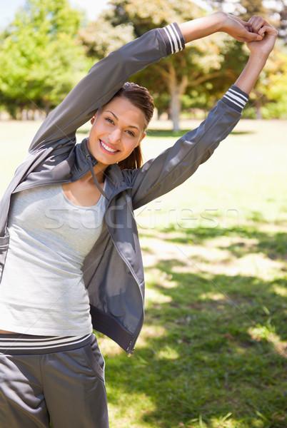 Mulher sorridente em pé grama modelo saúde Foto stock © wavebreak_media