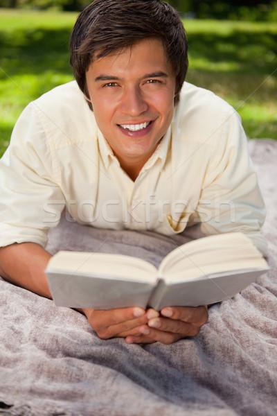 Man naar rechtdoor vooruit glimlachend lezing Stockfoto © wavebreak_media